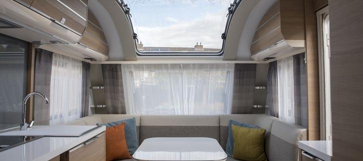interior de una caravana